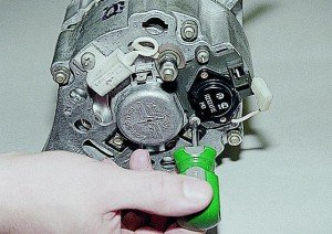 Фото замены регулятора напряжения ВАЗ 2107, auto-knigi.com
