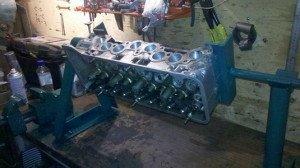 Фото работы на стенде для ремонта двигателя, autoshcool.ru