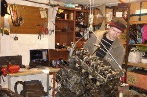 На фото - ручная таль для ремонта двигателей, mmcpajero.ru