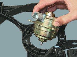 На фото - электродвигатель вентилятора системы охлаждения двигателя, autorambler.ru