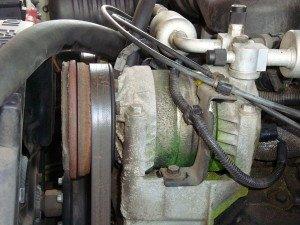 На фото - утечка фреона на корпусе автомобильного компрессора, afb-service.ru