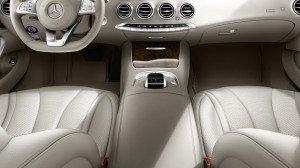 На фото - подлокотник с кнопками управления электроустройствами авто, t.mercedes-benz.ru