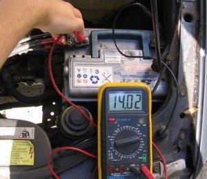 На фото - измерение мощности АКБ, insidecarelectronics.com