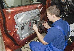 На фото - ремонт центрального замка автомобиля, autodela.ru