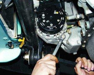 Фото затягивания ослабших болтов генератора автомобиля, autosecret.net