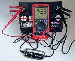 Фото проверки уровня заряда АКБ после зарядки, drive2.ru