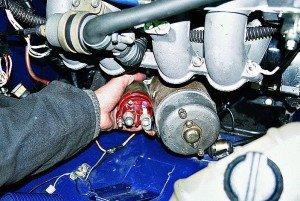 На фото - демонтаж стартера ВАЗ 2106, redmotor.ru