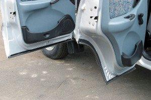 На фото - уплотнительные резинки на дверях автомобиля, autoreview.ru