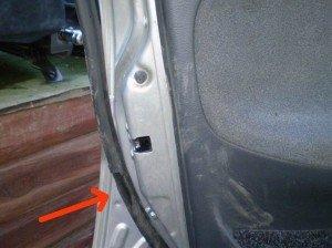 На фото - порванный уплотнитель дверей автомобиля, lanos.in.ua