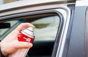 На фото - смазывание уплотнителя дверей автомобиля, m.progorodnn.ru