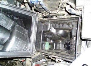 Фото снятия крышки корпуса воздушного фильтра Форд Фокус, autorn.ru