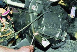 Фото откручивания винтов крепления тросиков радиатора отопителя ВАЗ-2114, vaz-autos.ru