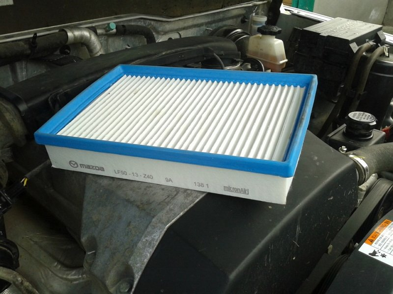как поменять воздушный фильтр на мазда 6