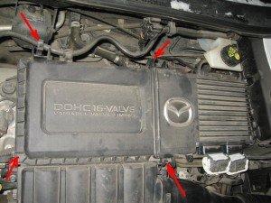 Фото фиксаторов крышки воздушного фильтра двигателя Мазда 3, autoservis164.ru