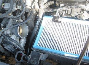 На фото - извлечение сменного элемента воздушного фильтра двигателя Мазда 3, drive2.ru