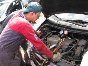 На фото - заправка кондиционера авто своими руками, driving24.ru
