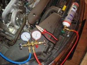 Фото контроля за давлением при заправке кондиционера авто, drive2.ru