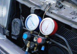 Фото проверки давления кондиционера автомобиля, avtogarant48.ru