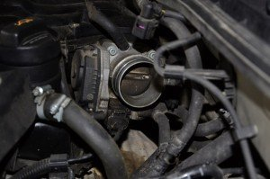 На фото - загрязнение дроссельной заслонки Форд Фокус 2, drive2.ru
