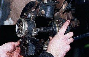 Фото снятия шаровых опор ступицы переднего колеса, autoprospect.ru