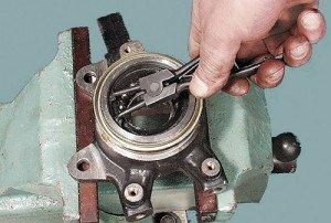 На фото - демонтаж подшипника ступицы переднего колеса, sochi-avto-remont.ru