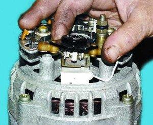 Фото снятия регулятора напряжения генератора  ВАЗ 2114, 21102.ru