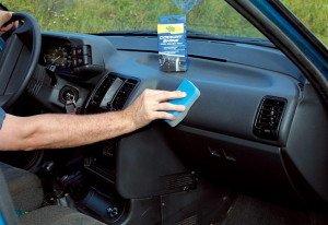 На фото - нанесение полироли на пластик автомобиля, bezzzumnyj.ru