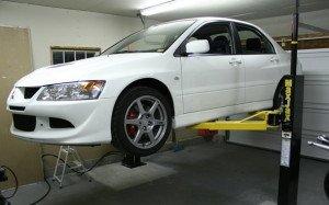 На фото - автоподъемник для ремонта автомобиля, zrt.ru