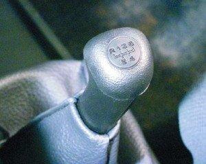 На фото - переключение передач ВАЗ 21099, rusauto.org