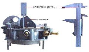 На фото - замер расстояния между выступами на поплавках и прокладкой карбюратора, twokarburators.ru