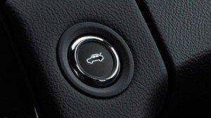 На фото - кнопка автоматического открытия багажника, autozebra.net