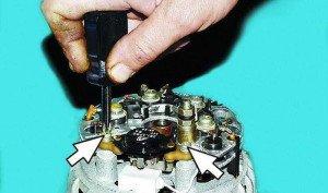 На фото - снятие регулятора напряжения генератора ВАЗ 2110, automn.ru
