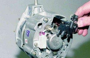 На фото - демонтаж регулятора напряжения генератора ВАЗ 2110, alllada.net
