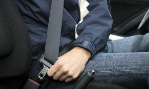 Фото пристегивания ремнем безопасности, 365cars.ru