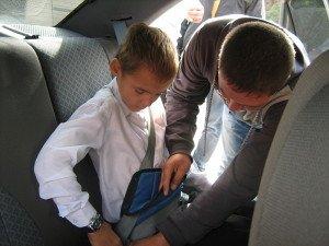 На фото - адаптер на ремень безопасности для ребенка, 61.mvd.ru