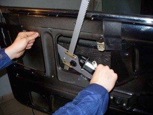На фото - установка электрических стеклоподъемников на ВАЗ 2107, steklopodem.ru