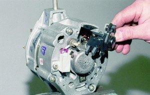 На фото - регулятор напряжения генератора ВАЗ 2109, vaz-autos.ru