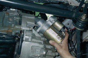 На фото - демонтаж стартера ВАЗ 2112, autoprospect.ru