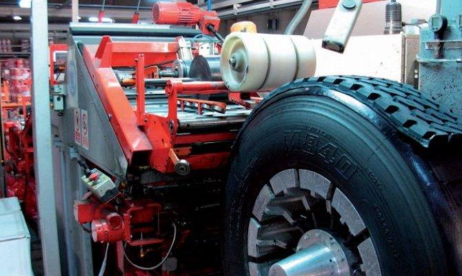 На фото - восстановление автомобильных шин для грузовиков