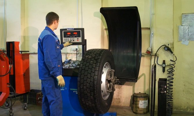 На фото - вулканизация грузовых шин