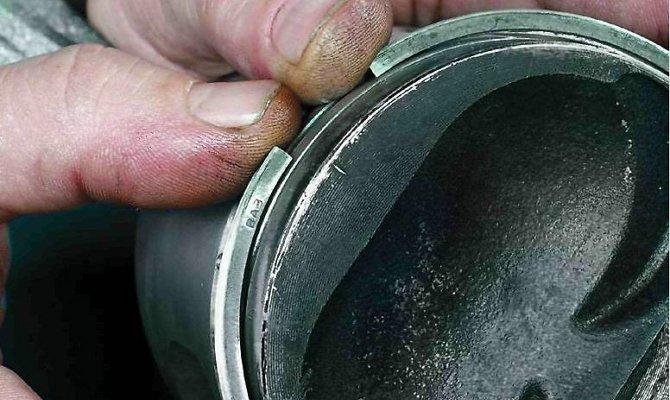 На фото - среднее маслосъемное кольцо из легированного чугуна