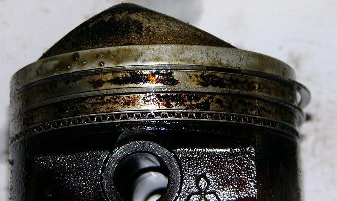 На фото - износ маслосъемных колец