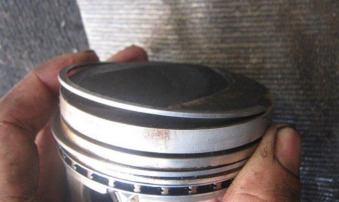 На фото - замена маслосъемных колец