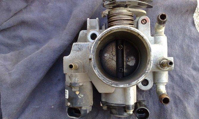Дроссельная заслонка автомобиля ВАЗ 2110