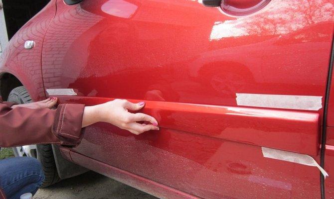 Крепление пластиковых молдингов на поверхности автомобиля