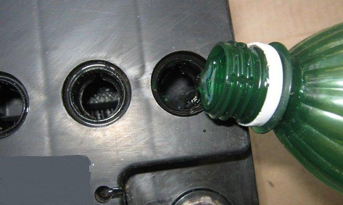 Заливание дистиллированной воды в АКБ