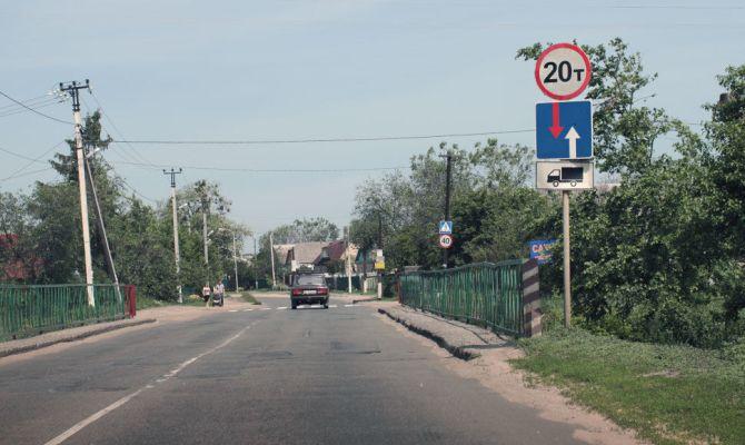 Знак под номером 2.7 возле моста