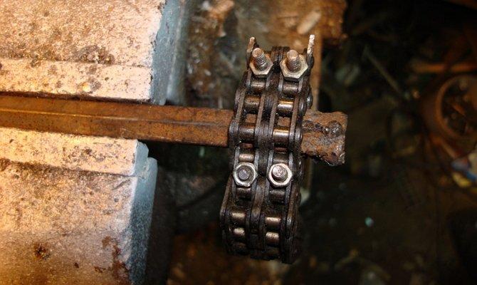 Велосипедная цепь и труба