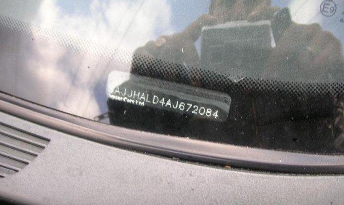 Расположение обозначения под лобовым стеклом