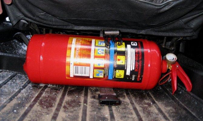 Огнетушитель в ящике под сиденьем